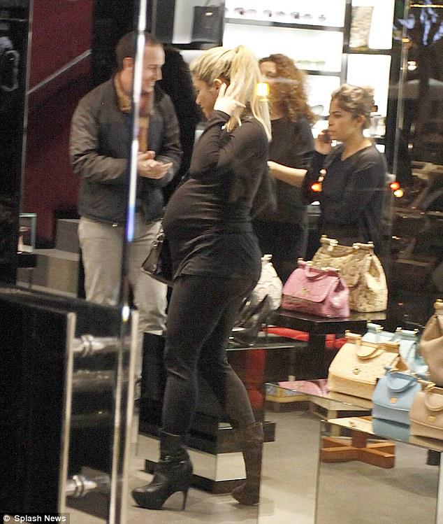 Shakira-shopping-pancione-01