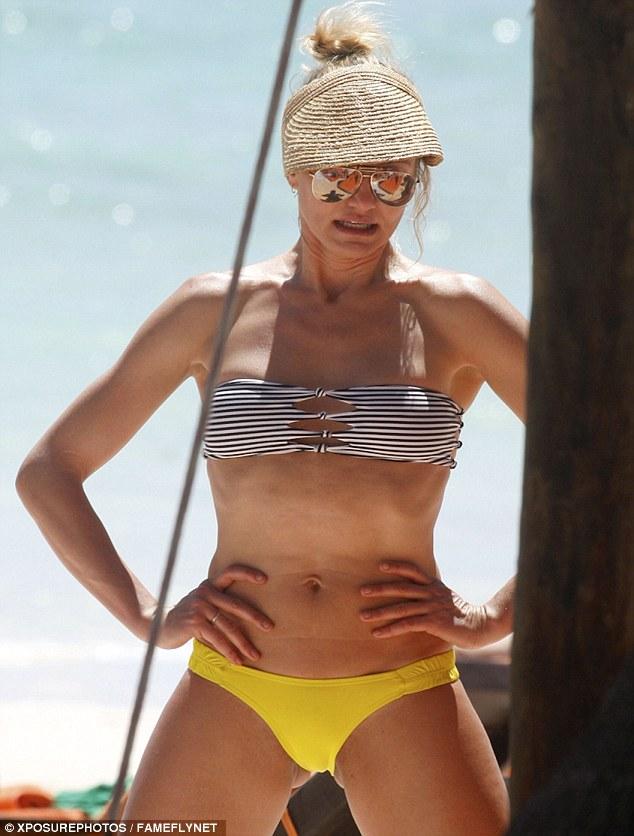 foto-spiaggia-Cameron-Diaz-gambe-larghe-02