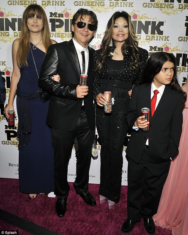 Paris-Jackson-Prince-Jackson-Latoya-Jackson-and-Blanket-Jackson-at-Mr-Pink-Drink-Launch-Party-blanket-jackson-32459440-634-791