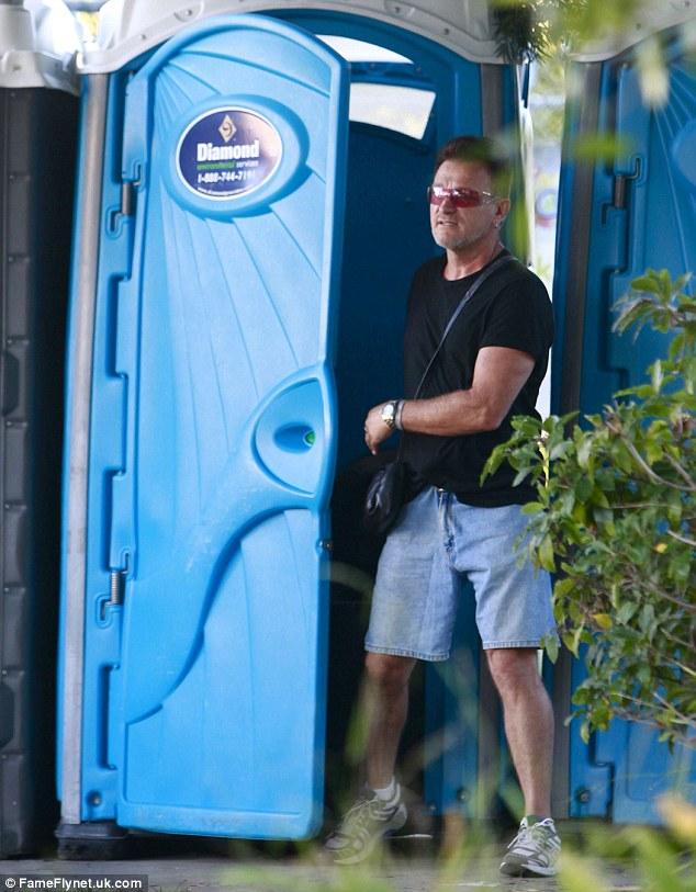 Bono Vox, bagno chimico 5