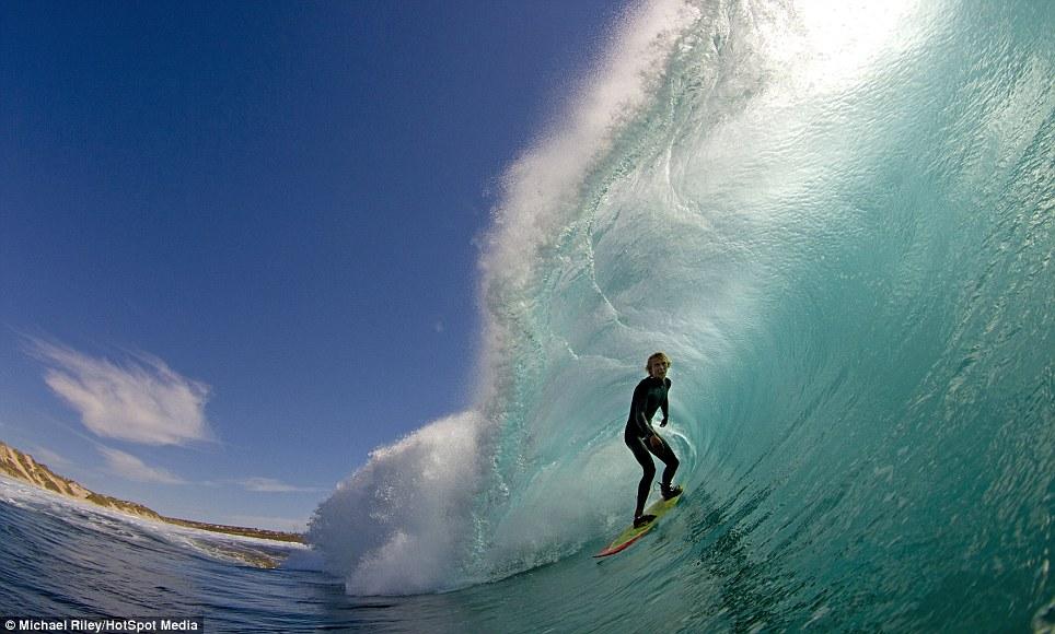 surfisti a Thaiti danno spettacolo 1
